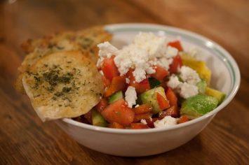 סלט ירקות צבעוני עם פיתה מתובלת וגבינת פטה