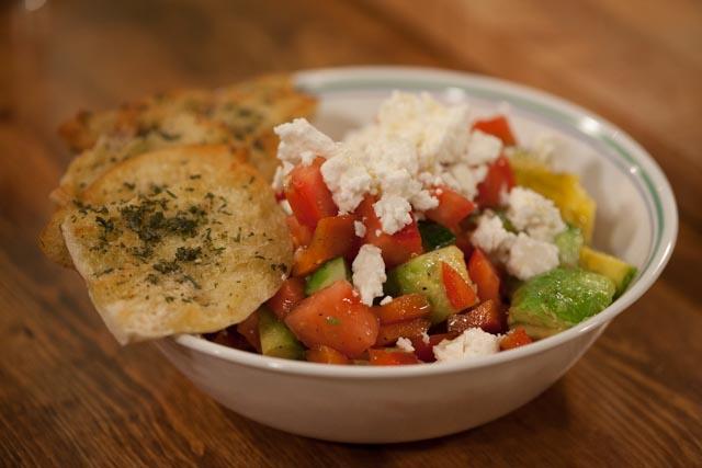 סלט ירקות בהמון צבעים עם פיתה מתובלת וגבינת פטה