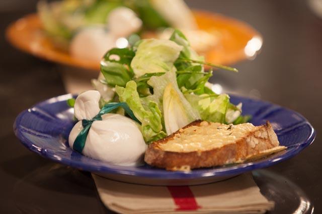 סלט ירוק עם טוסטונים וגבינה