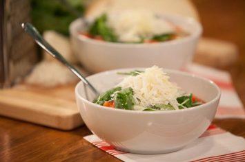 מרק עגבניות ולחם שאפשר להכין משאריות חלה