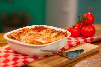 לזניית חצילים ברוטב עגבניות ובשמל