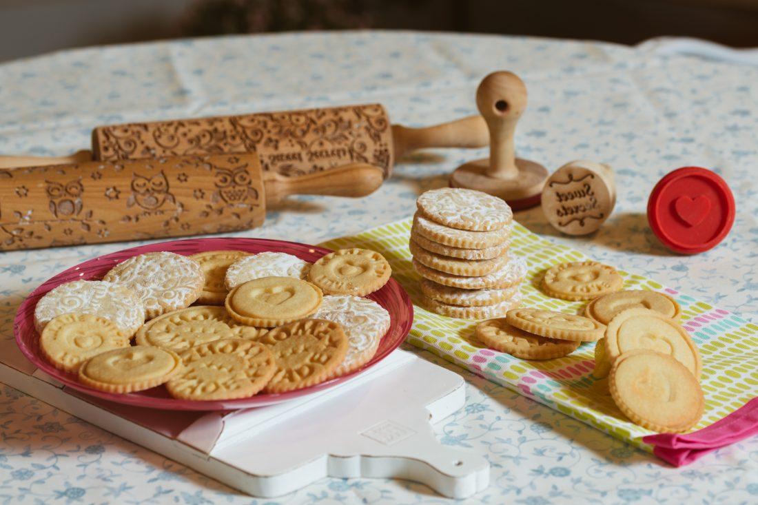 עוגיות חמאה עם הטבעה במערוך תבליט