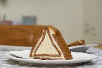 עוגת ביסקוויטים וקרמל בצורת פירמידה