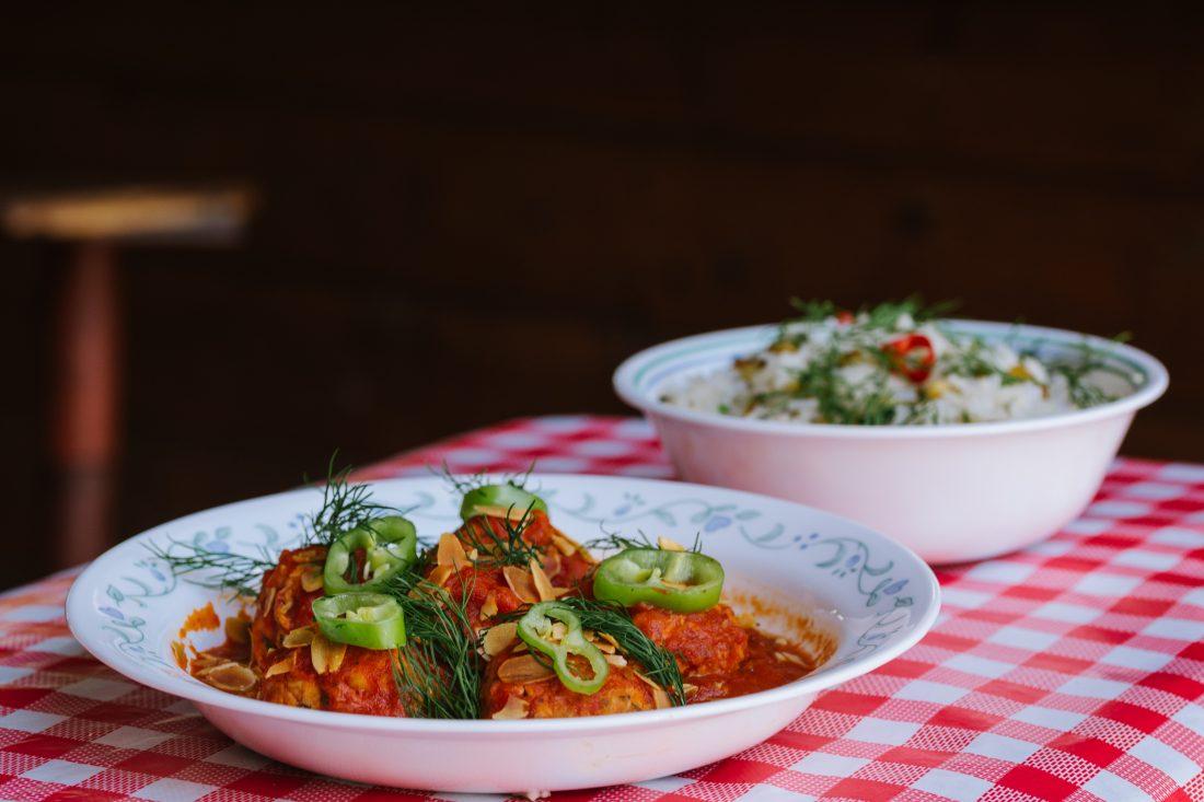 קציצות עוף ברוטב עגבניות ויין אדום עם אורז ובצל מטוגן