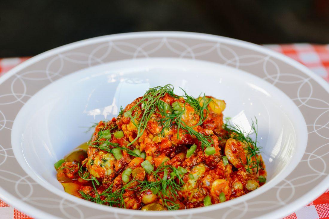 קציצות דג ברוטב עגבניות, גרגרי חומוס, זיתים וערק