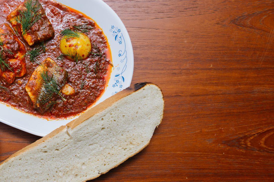 פילה דג ברוטב עגבניות עם חלה חמה וטחינה קרה