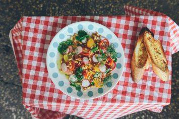 סשימי סלמון עם צנוניות ועגבניות שרי