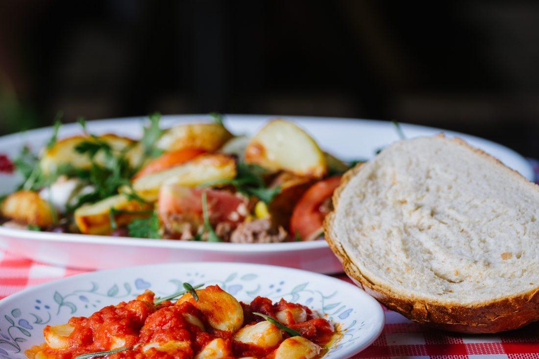 מחבת שום אישית מוגשת לצד עגבניות, מוצרלה וטונה שום