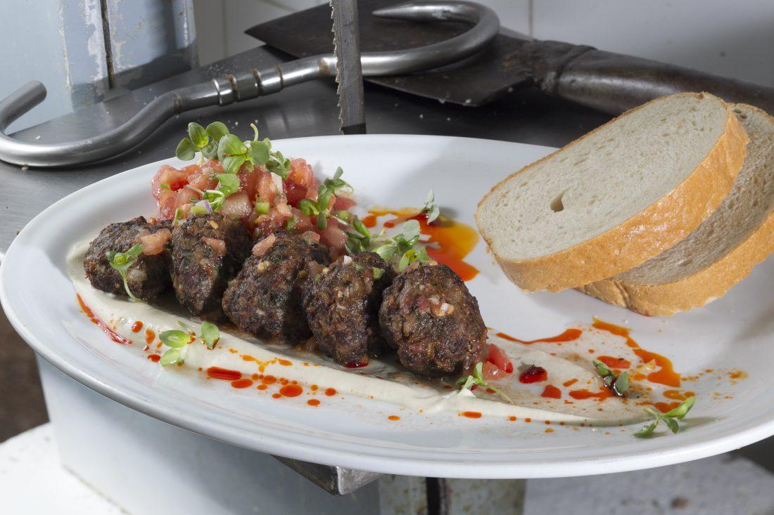 קציצות בשר ותפוחי אדמה שאוכלים בעמידה עם סלט של אמא ג'ולי