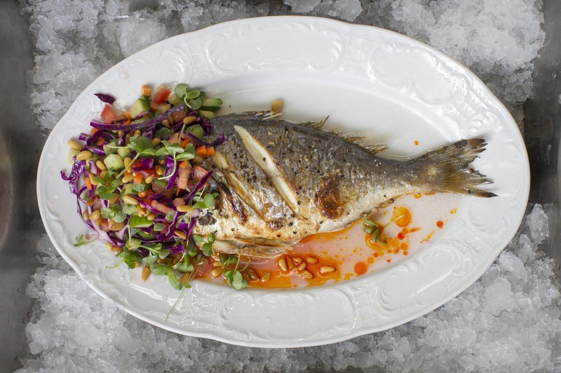 דגים אפויים עם סלט ישראלי אסלי