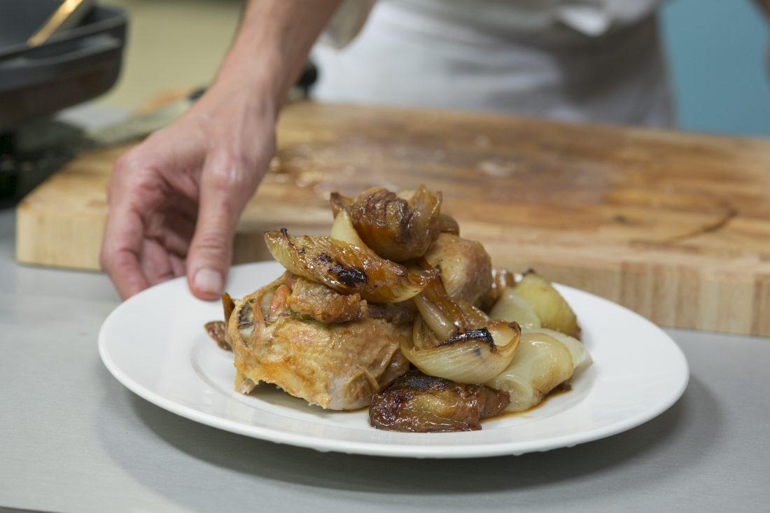 בצלים אפויים בסויה עם עוף שלם בתנור