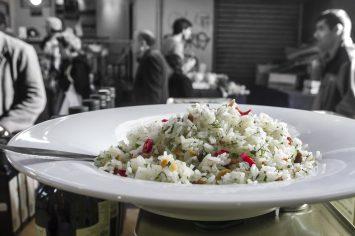 אורז עם עשבי תיבול, שום ושקדים