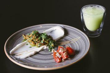 שווארמה טונה עם סלט עגבניות ויוגורט