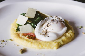 פולנטה קוקוס עם ביצה עלומה ותרד מוקפץ