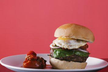 המבורגר בקר ואנשובי עם צ'אטני עגבניות שרי
