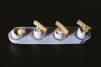 ביצי ארפאג' - ביצים רכות עם קצפת מלוחה וטוסטוני לחם