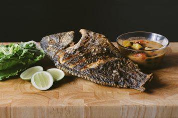 דג אמנון מטוגן ברוטב חמוץ מתוק חריף