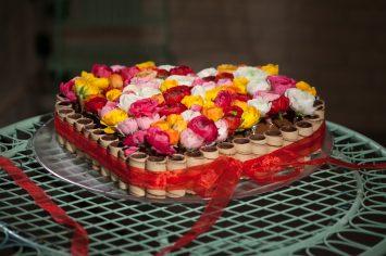 עוגת שוקולד בצורת לב בציפוי גליליות
