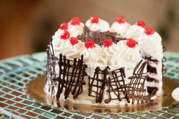 עוגת היער שחור - עוגת שוקולד עם דובדבנים וקצפת