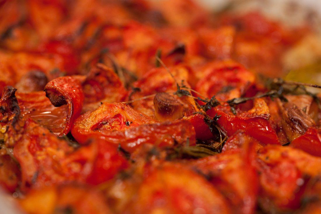 עגבניות צלויות בתנור עם שום, תימין ורוזמרין