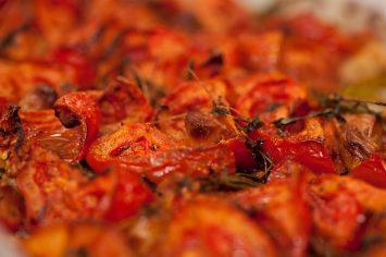 עגבניות צלויות בתנור עם שום, טימין ורוזמרין