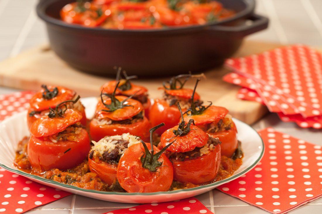 עגבניות ממולאות באורז, בשר ועלי גפן