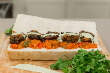 מעקוד אלג'יראי - קציצות ירק עם מטבוחה וטחינה
