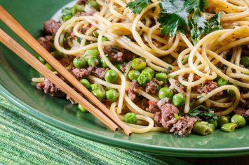 אטריות מוקפצות עם בשר טחון, אפונה ובצל ירוק