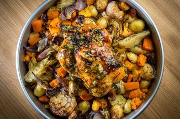 עוף שלם בתנור עם ירקות שורש