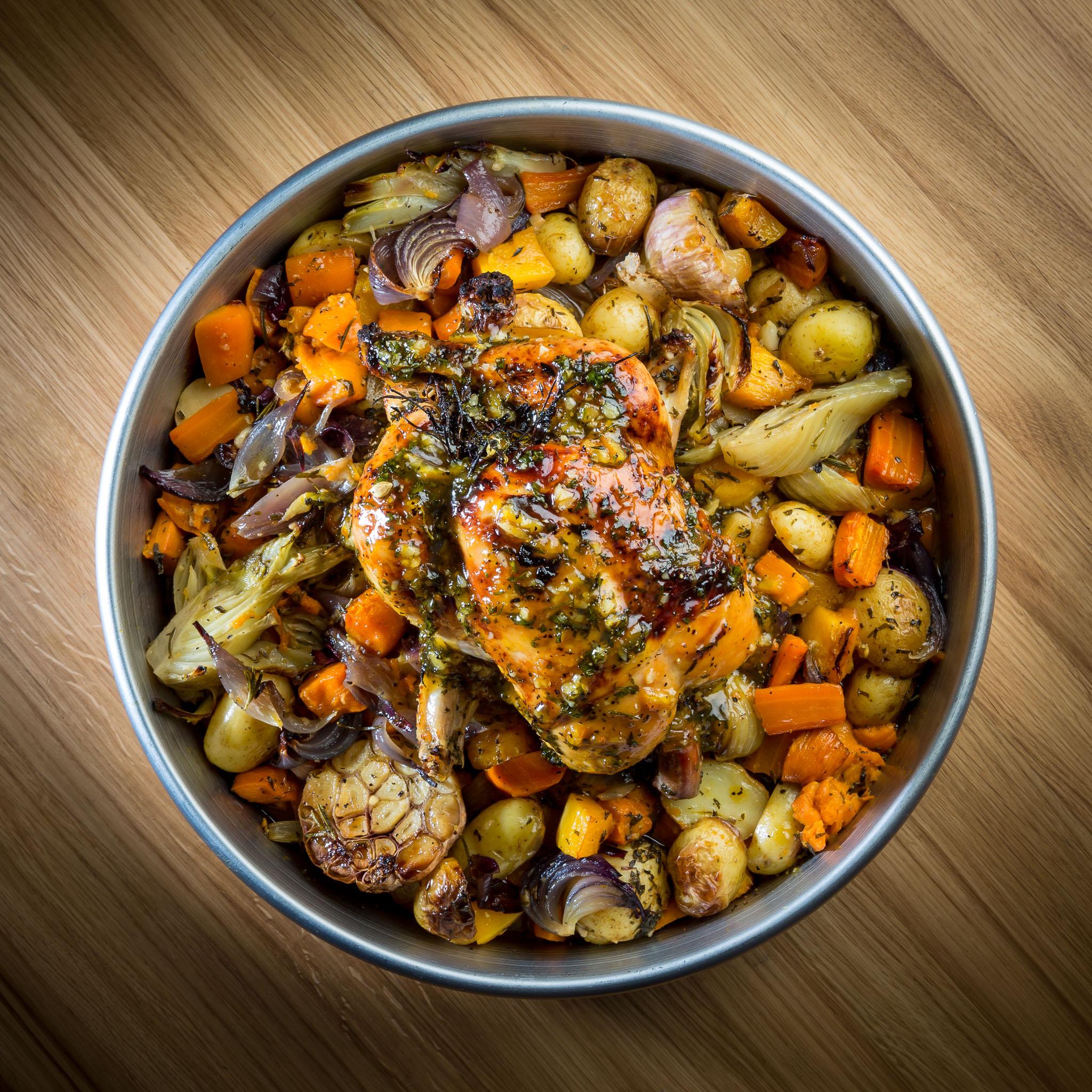 עוף שלם בתנור עם ירקות שורש. צילום: נמרוד גנישר