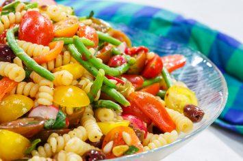 סלט פסטה עם ירקות, אנשובי וויניגרט לימוני של תמרה אהרוני