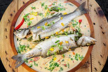 דג שלם בקארי אדום וקוקוס