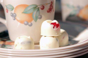פרלין שוקולד לבן עם דובדבנים ופיסטוקים