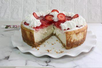 עוגת גבינה אפויה בציפוי תותים וקצפת