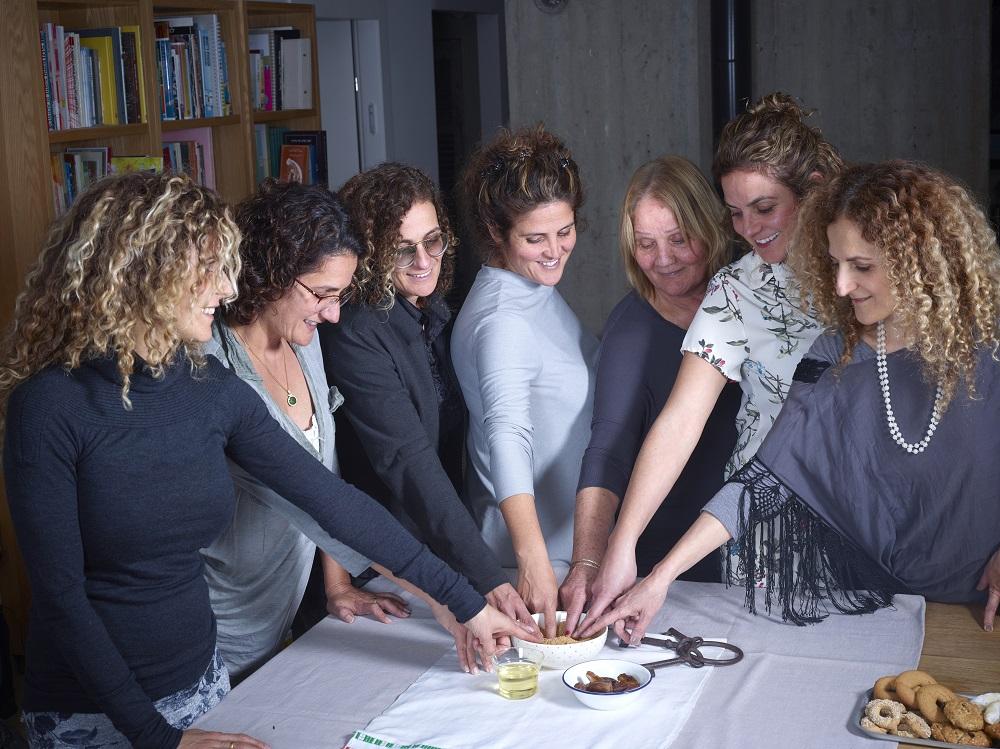 שושנה כהן-לברן ושש בנותיה. צילום: יסמין ואריה