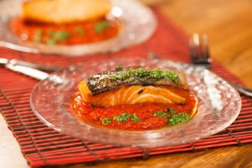 פילה סלמון צרוב עם רוטב עגבניות