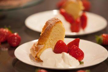 עוגת ספוג בטעם וניל עם קצפת ותותים
