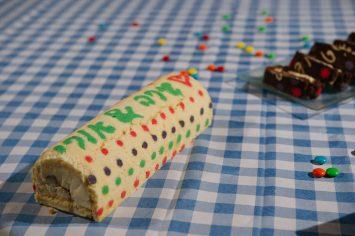 עוגת רולדה עם כיתוב צבעוני