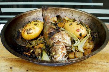 דג שלם צלוי עם תבשיל ארטישוק ירושלמי