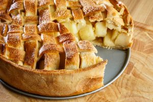מאפה תפוחים מבצק פריך עם רוטב טופי של תמרה אהרוני. צילום: נמרוד גנישר