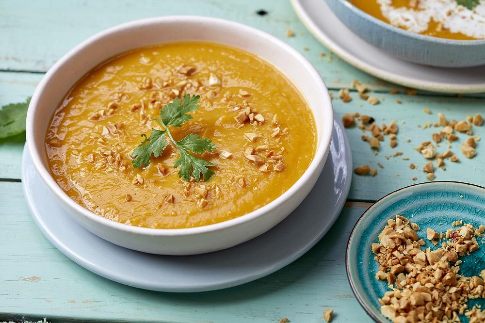 מרק כתום טבעוני עם קרם קוקוס. צילום: אפיק גבאי