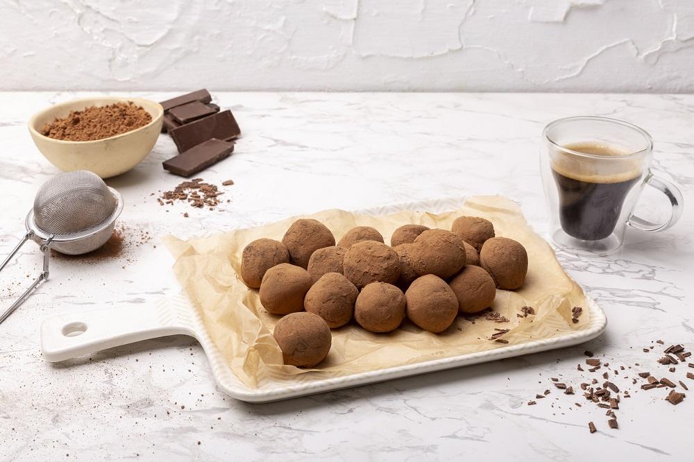 טראפלס שוקולד וקפה בקלי קלות. צילום: שני הלוי