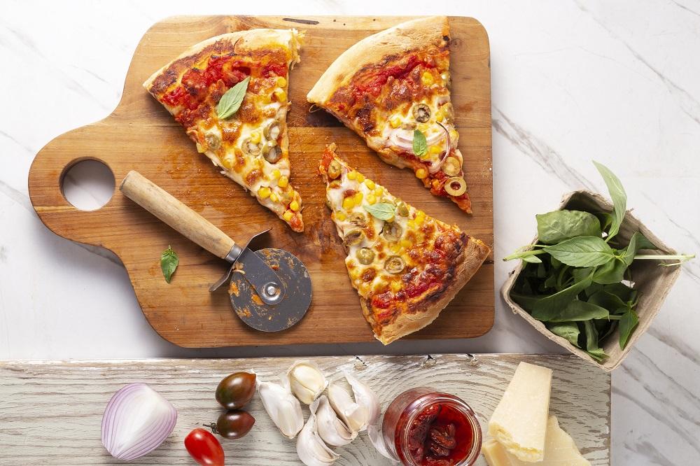 פיצה ביתית עם רוטב עגבניות, גבינה והמון תוספות. צילום: שני הלוי