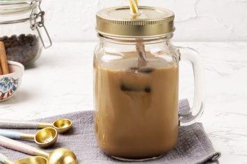 קפה קר עם קוביות קרח קפה בטעם קינמון