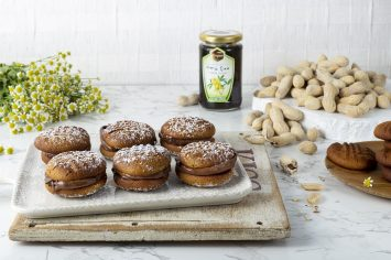 עוגיות חמאת בוטנים ודבש במילוי שוקולד
