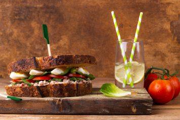 סנדוויץ' טונה עם ירקות וביצה חצי רכה