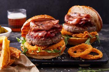 המבורגר קצבים עם טבעות בצל וחזה אווז מעושן
