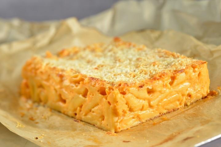 מקרוני אנד צ'יז - מאפה פסטה מושחת עם גבינות. שי-בן-אפרים-5605a1