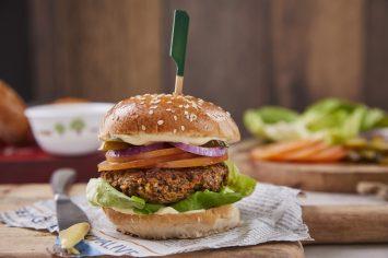 אפרת ליכטנשטט עם המבורגר פטריות טעים במיוחד
