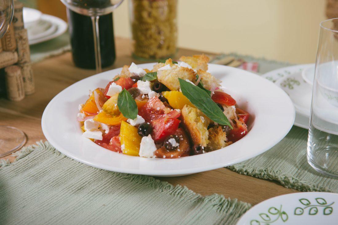 סלט פנצנלה עם ירקות, קרוטונים וגבינת פטה. צילום-ינאי-מנחם7